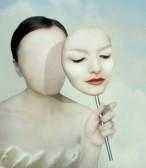 24524376-portrait-surrealiste-d-39-une-femme-sans-visage-avec-son-masque-de-visage